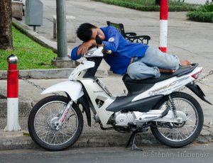 18 Na mopedu se da_ i vyspat