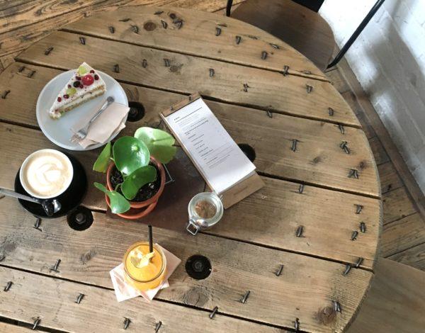Výborná kaviareň, chutná reštaurácia a nápaditý bar v jednom? Vitajte v SKØG Urban Hub