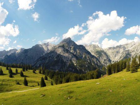 Letné Tirolsko: Subtropická klíma, skalnaté štíty, gotické budovy, wuršty a knedlíky
